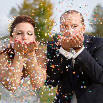 Hochzeitsfoto mit Konfetti