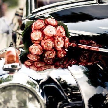 Brautstrauß auf Auto