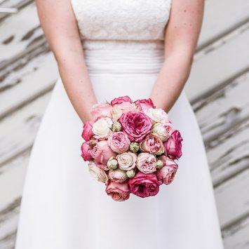 Brautstrauß und Brautkleid