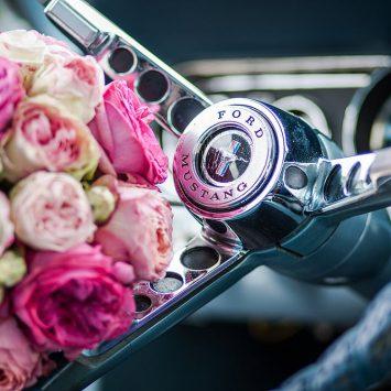 Brautstrauß im Auto Mustang
