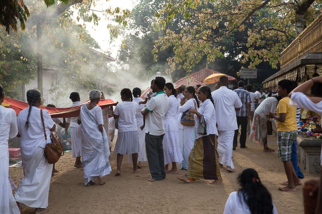 weiß gekleidete Menschen im Tempel von Colombo