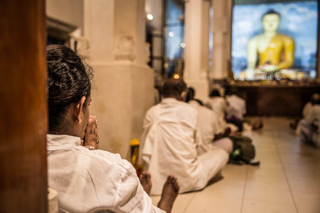 Gläubige in weiß gekleidet beim beten