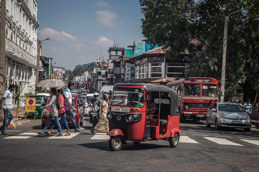 Tuk Tuk Verkehr in Kandy, Sri Lanka