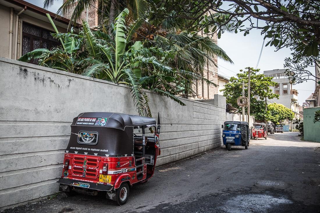 rotes und blaues Tuk Tuk in Colombo, Sri Lanka