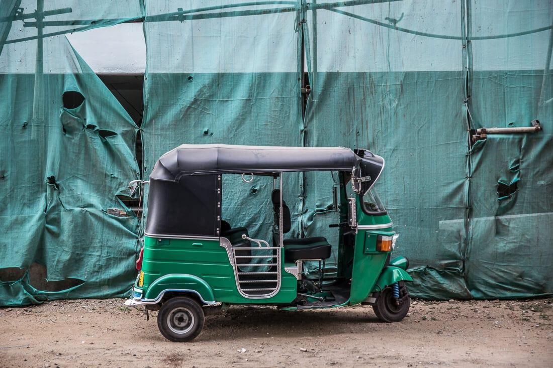 grünes Tuk Tuk in Colombo, Sri Lanka