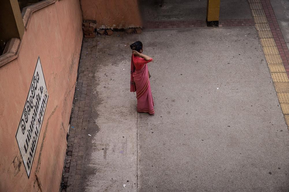 Frau am Bahnsteig von Colombo, Sri Lanka