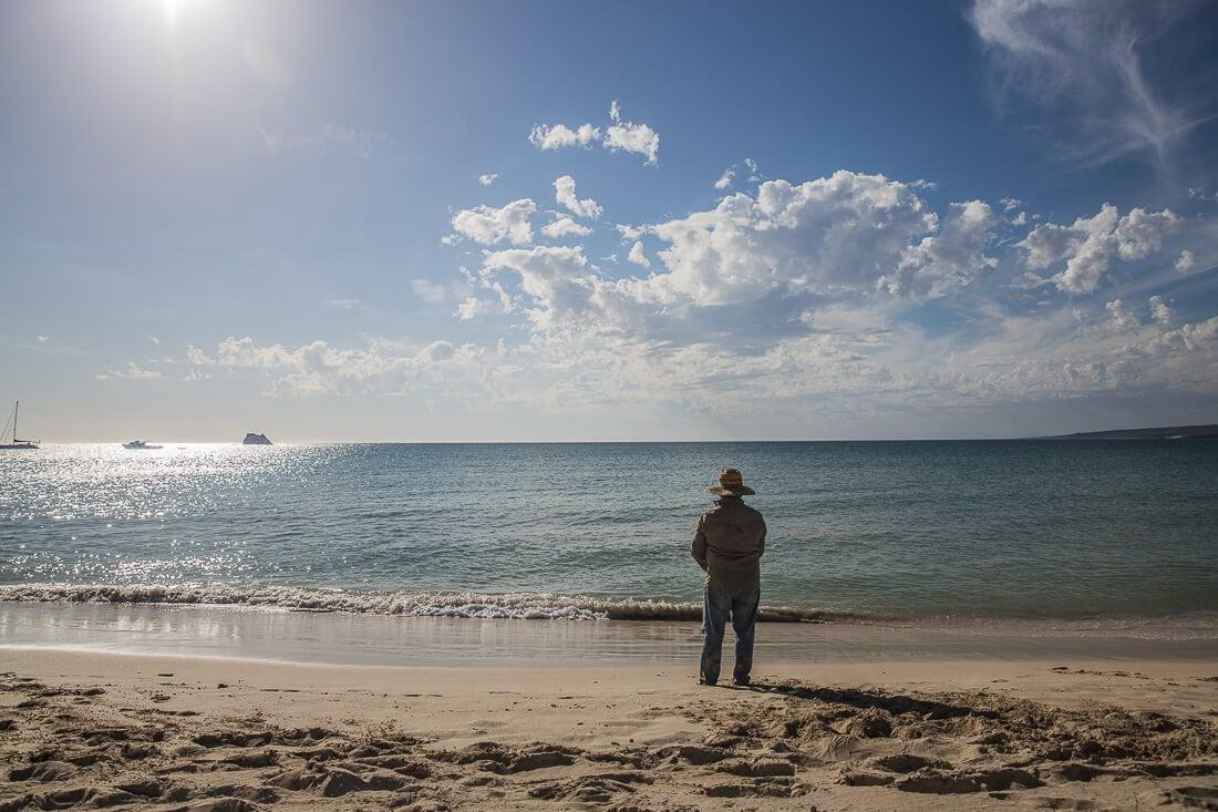 fischender Mann am Strand von Hamelin Bay