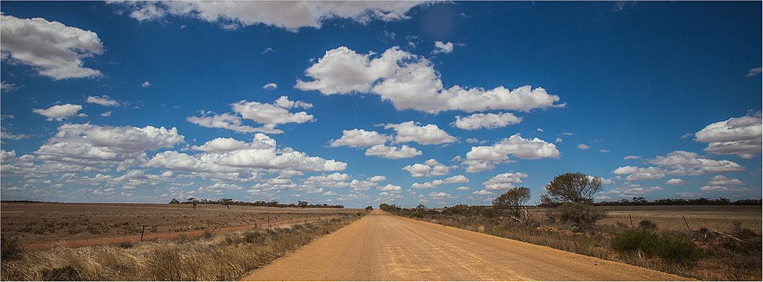 staubige Straße im Outback Western Australia